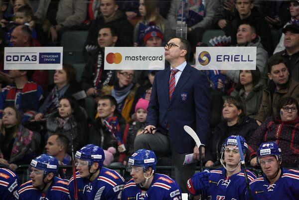 Главный тренер СКА Илья Воробьёв (на втором плане)