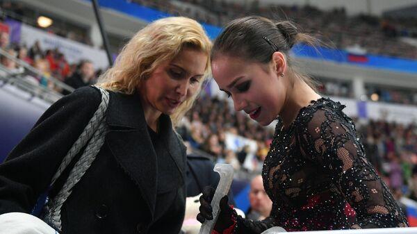 Этери Тутберидзе и Алина Загитова (справа)