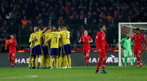 Футболисты сборной Швеции радуются забитому мячу