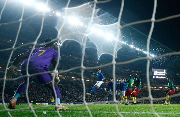 Игровой момент матча Бразилия - Камерун