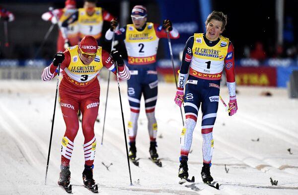 Александр Большунов (слева)