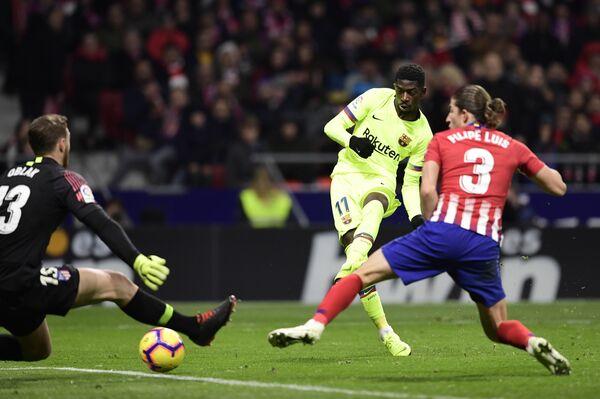 Полузащитник Барселоны Усман Дембеле забивает мяч в ворота Атлетико