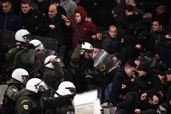 Столкновение греческой полиции с фанатами Аякса