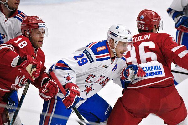 Форвард Витязя Денис Кокарев, нападающий СКА Илья Каблуков и форвард Витязя Александр Никулин (слева направо)