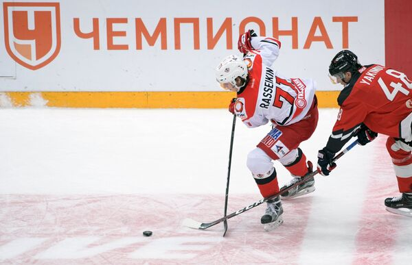 Хоккеисты Авангарда Богдан Якимов (справа) и Автомобилиста Максим Рассейкин
