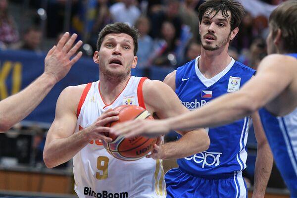 Игрок сборной России Иван Ухов (слева) и игрок сборной Чехии Ондржей Когоут
