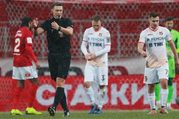 Главный судья Василий Казарцев дает свисток об окончании матча Спартак - Урал
