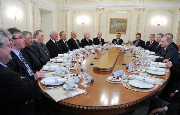 Владимир Путин (справа)