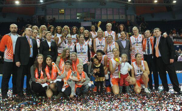 Члены баскетбольного клуба УГМК