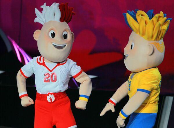 Актеры в костюмах талисманов Чемпионата Европы по футболу 2012