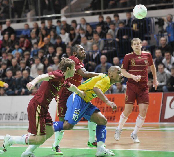 Игровой момент матча Россия - Бразилия