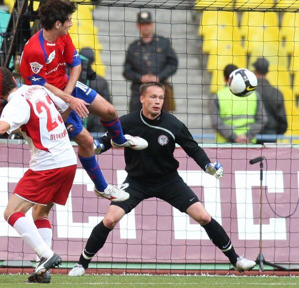 Голкипер Амкара Сергей Нарубин (в центре) и полузащитник ЦСКА Алан Дзагоев (слева)