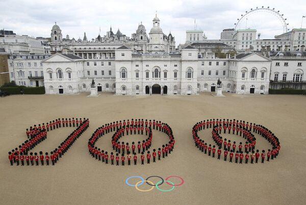 206 гвардейцев выстроились в цифру 100 на плацу королевской гвардии