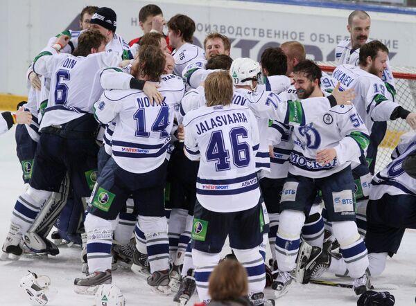 Хоккеисты Динамо (Москва) радуются победе, выиграв главный трофей КХЛ - Кубок Гагарина.