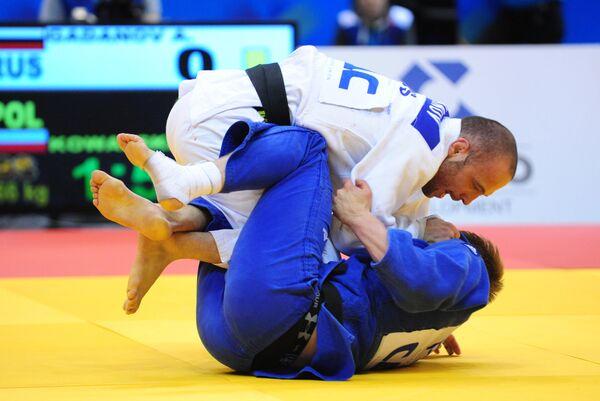 Томас Ковальски (в синей форме) и Алим Гаданов (в белой форме)