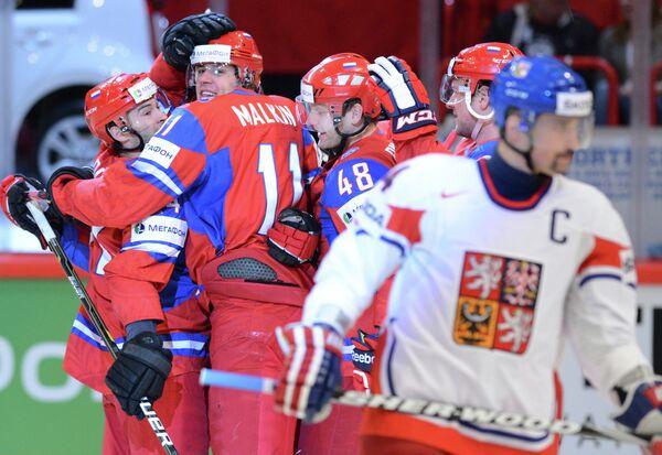 Хоккеисты сборной России (на втором плане)