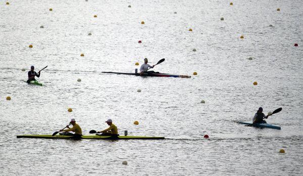 Байдарочники на разминке перед началом соревнований