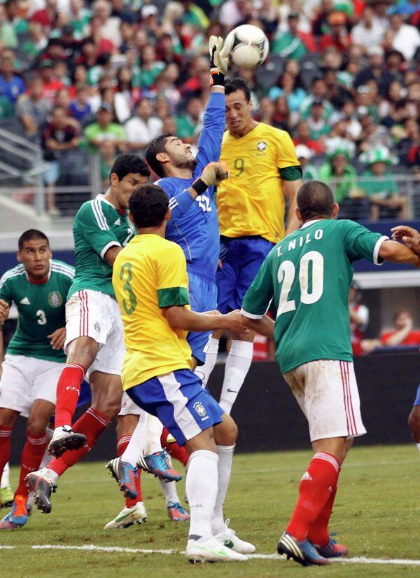 Игровой момент матча Мексика - Бразилия