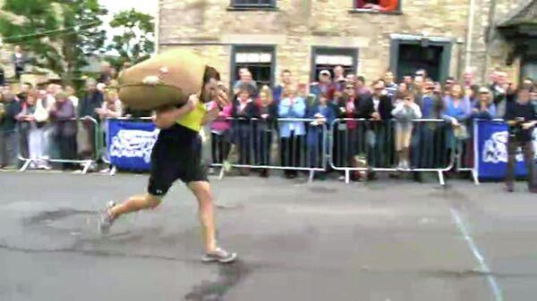 Участники чемпионата мира по бегу с мешками добирались до финиша еле дыша
