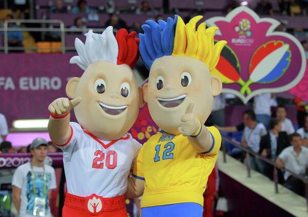 Талисманы чемпионата Европы по футболу 2012 Славек (слева) и Славко