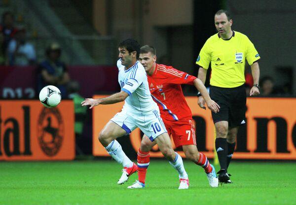 Игрок сборной Греции Георгиос Карагунис, игрок сборной России Игорь Денисов (слева направо)
