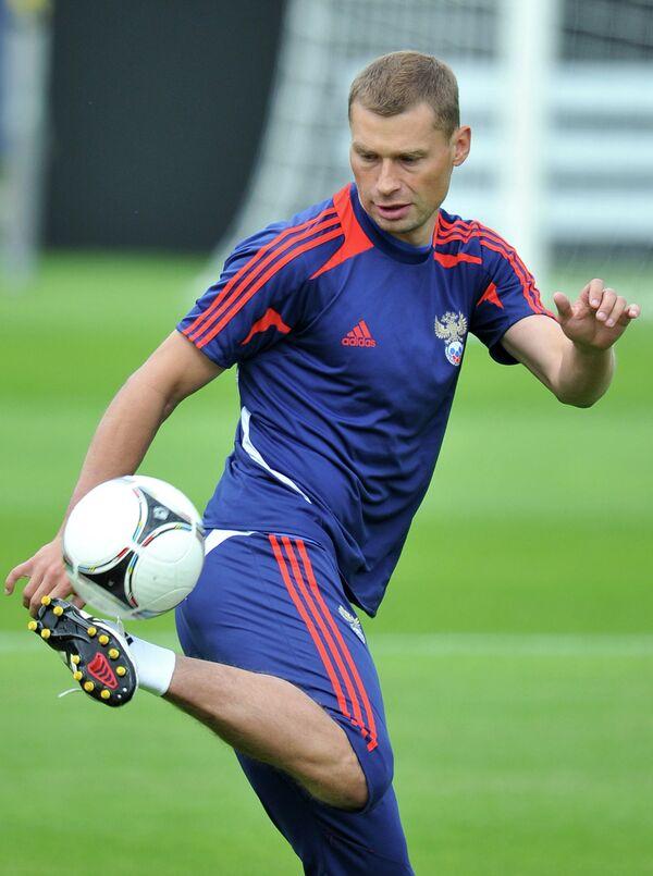 Игрок сборной России Алексей Березуцкий