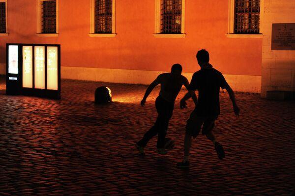 Болельщики сборной Польши играют в футбол на Замковой площади в Варшаве