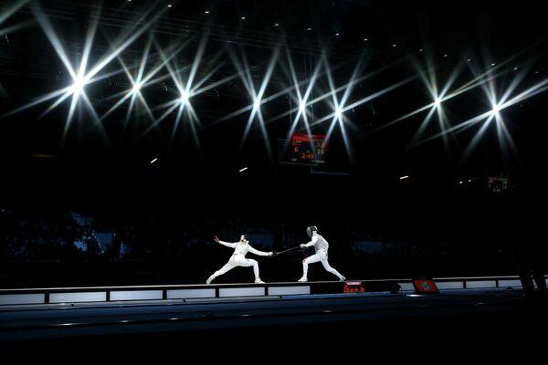 Инна Дериглазова из России и Арианна Эрриго из Италии в финале командного турнира рапиристок на Олимпийских играх в Лондоне, 2 августа 2012