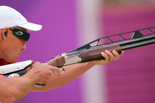 Василий Мосин участвует в соревнованиях по стендовой стрельбе