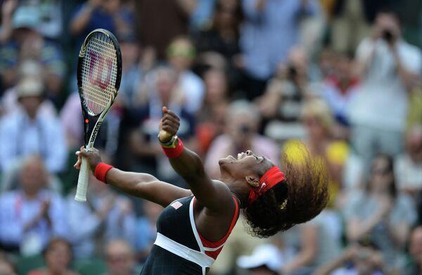 Американская теннисистка Серена Уильямс в финальном матче женского одиночного разряда против россиянки Марии Шараповой