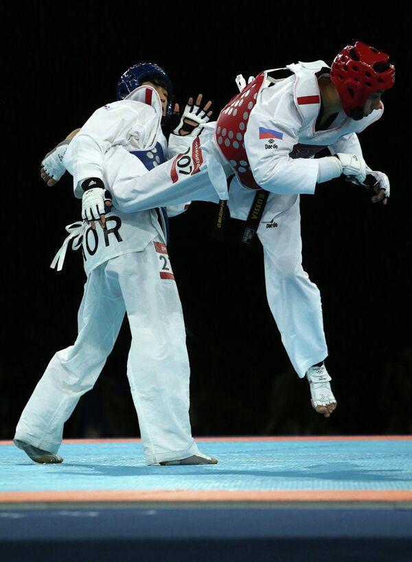Алексей Денисенко (в красном) и Ли Дэ-Хун