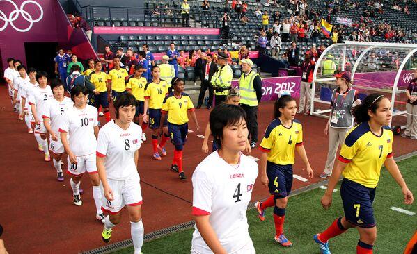 Женские сборные по футболу КНДР и Колумбии перед началом матча