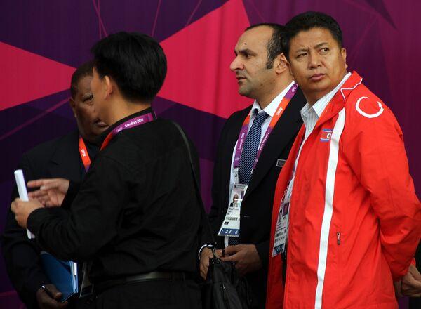 Официальные лица сборной КНДР после индиндента с перепутанным флагом
