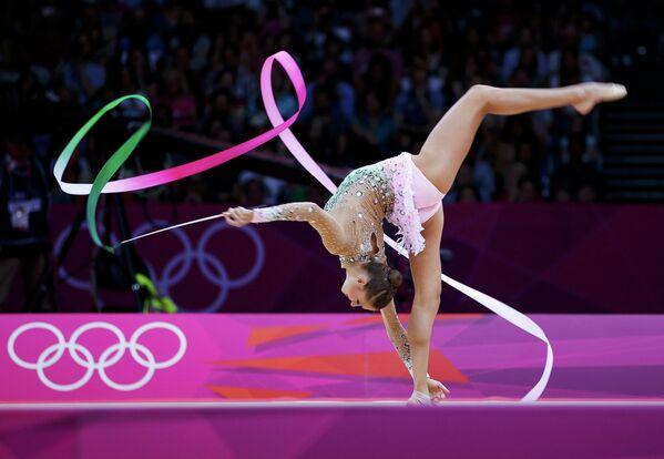 Евгения Канаева участвует в соревнованиях в индивидуальном многоборье по художественной гимнастике