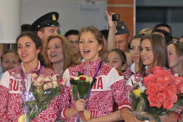 Алина Макаренко, Ульяна Донскова, Каролина Севастьянова (слева направо)