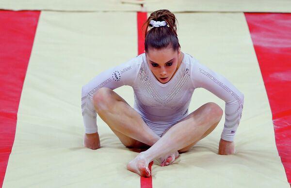 Американская гимнастка Маккейла Мэрони во время выполнения опорного прыжка