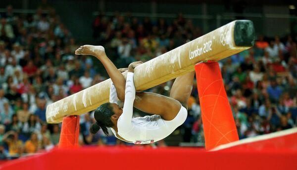 Американская гимнастка Габриэль Дуглас выполняет упражнения на бревне