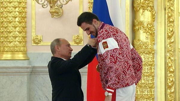 Путин вручил ордена олимпийцам и попросил их навестить школьников