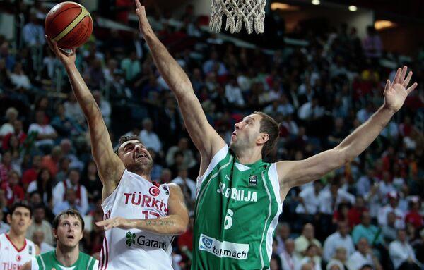 Игровой момент матча Турция - Словения