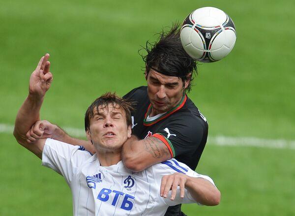 Игрок Динамо Александр Кокорин и игрок Локомотива Ведран Чорлука (слева направо)