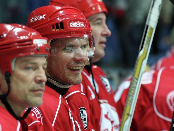 Алексей Яшин (в центре