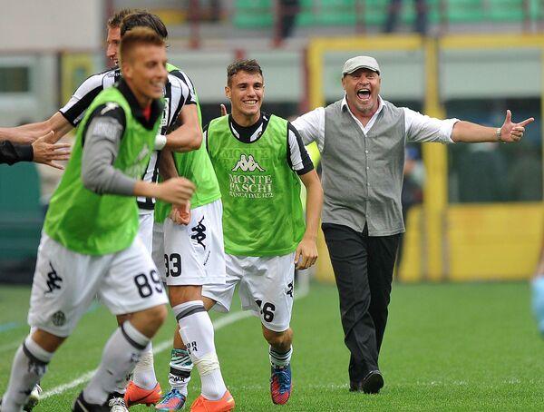Футболисты Сиены и главный тренер команды Серсе Косми