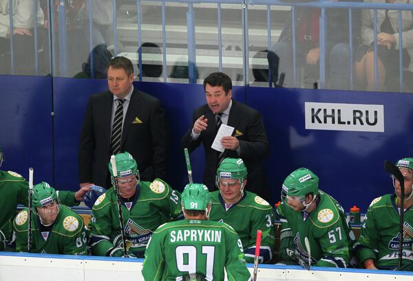 Венер Сафин (в центре на втором плане) и хоккеисты Салавата Юлаева