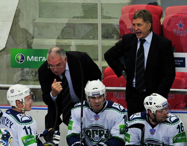 Главный тренер ХК Югра Сергей Шепелев (на втором плане слева направо)