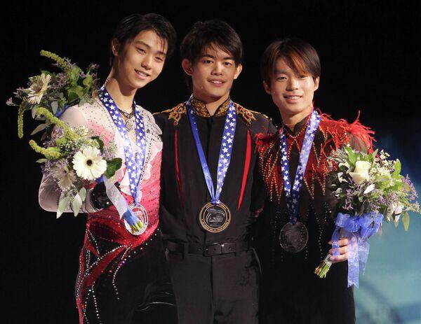Такахико Козука (в центре), Юдзуру Ханъю (слева) и Тацуки Матида (справа)