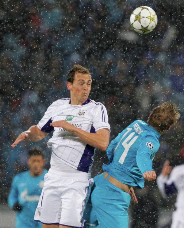 Игрок футбольного клуба Андерлехт Том Де Суттер и игрок Зенита Томаш Губочан (слева направо)