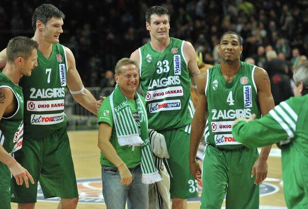 Владимир Романов (в центре)