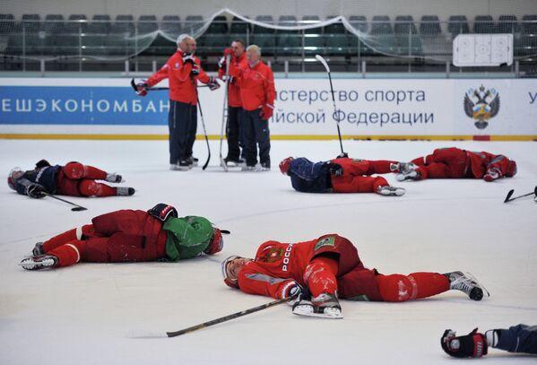 Зинэтула Билялетдинов (слева на дальнем плане) и хоккеисты сборной России