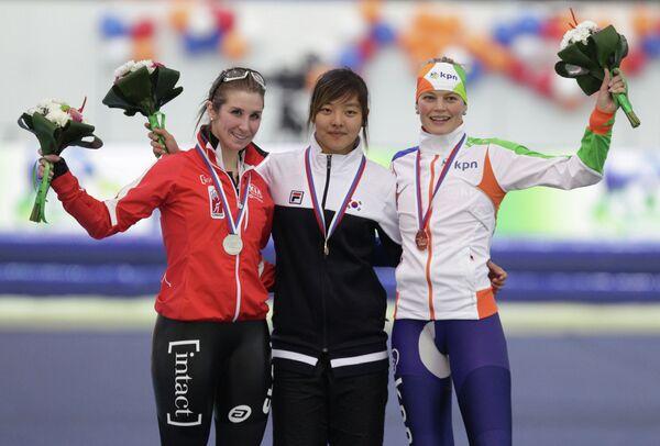 Канадка Ивэйн Блондин (серебряная медаль), кореянка Бо Рюм Ким (золотая медаль), Мариска Хусман (бронзовая медаль) (слева направо).