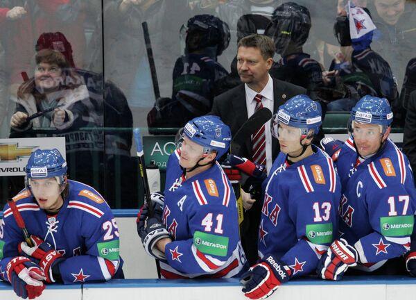 Главный тренер СКА Юкка Ялонен (на втором плане)